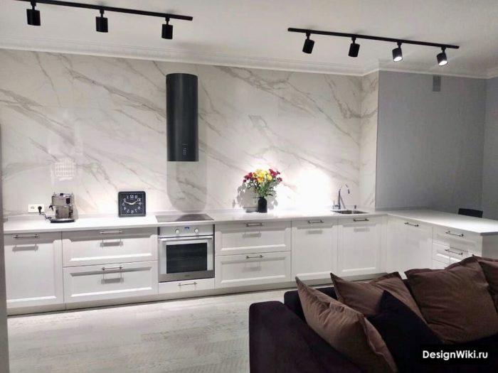 Черные трековые светильники в кухне без верхних шкафов в стиле современная классика
