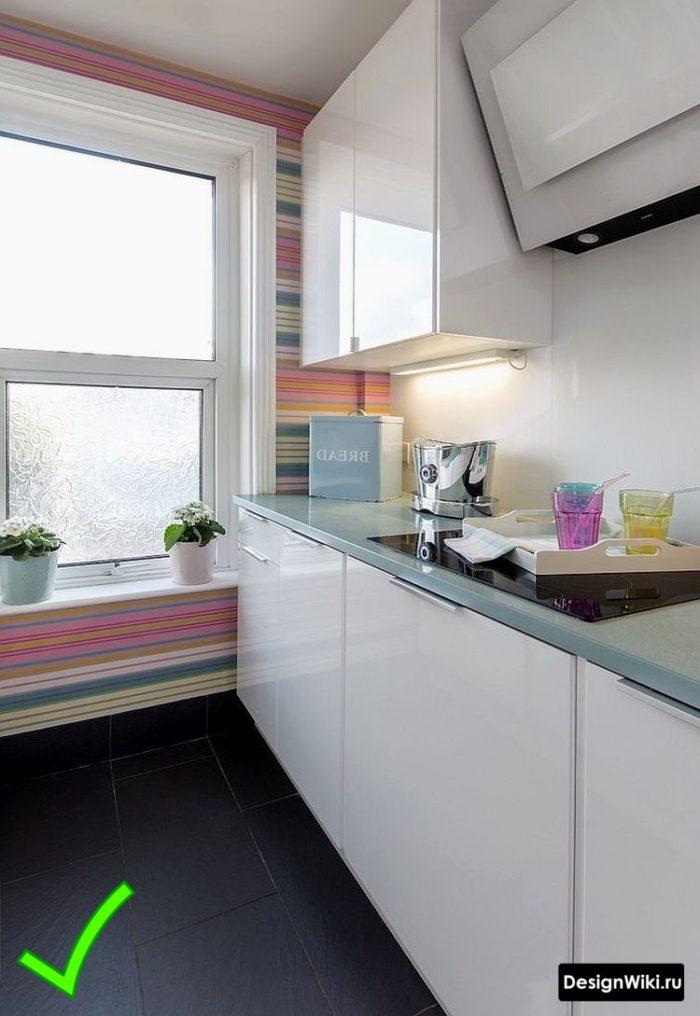 Яркие обои в полоску для современной белой глянцевой кухни
