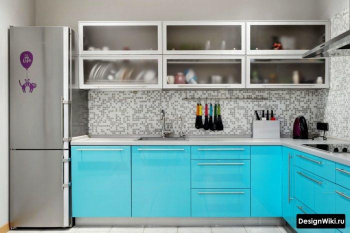 Ярко-голубой дизайн кухни