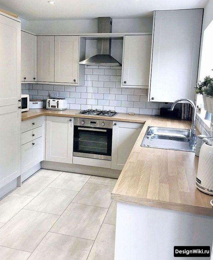 белая кухня в скандинавском стиле с кирпичным фартуком