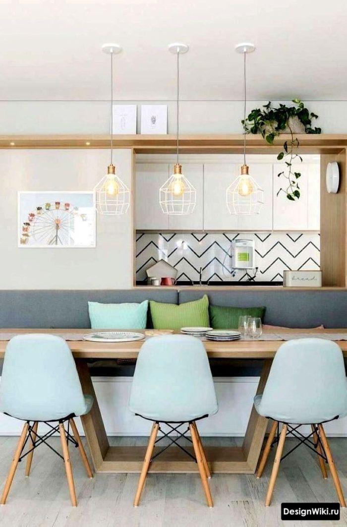 дизайн кухни в скандинавском стиде с голубыми стульями