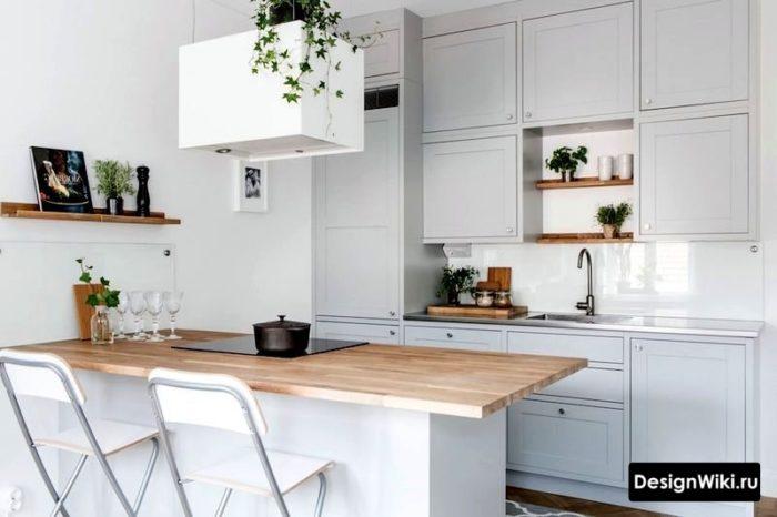 дизайн кухни в скандинавском стиле с барной стойкой с деревянной столешницей