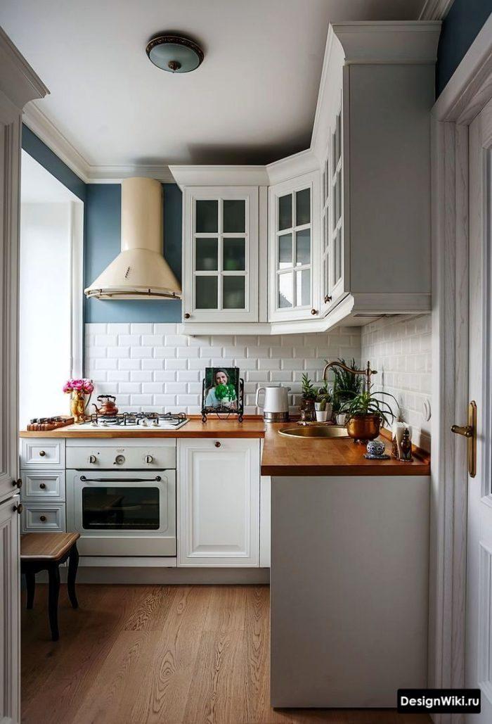 интерьер кухни в скандинавском стиле с маленьким участком окрашенной в голубой цвет стены