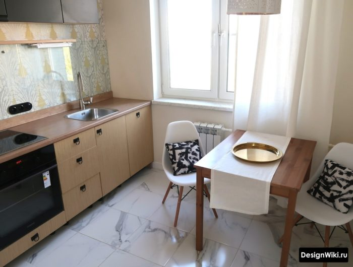 кухня в скандинавском стиле со скиналью из стекла и узором