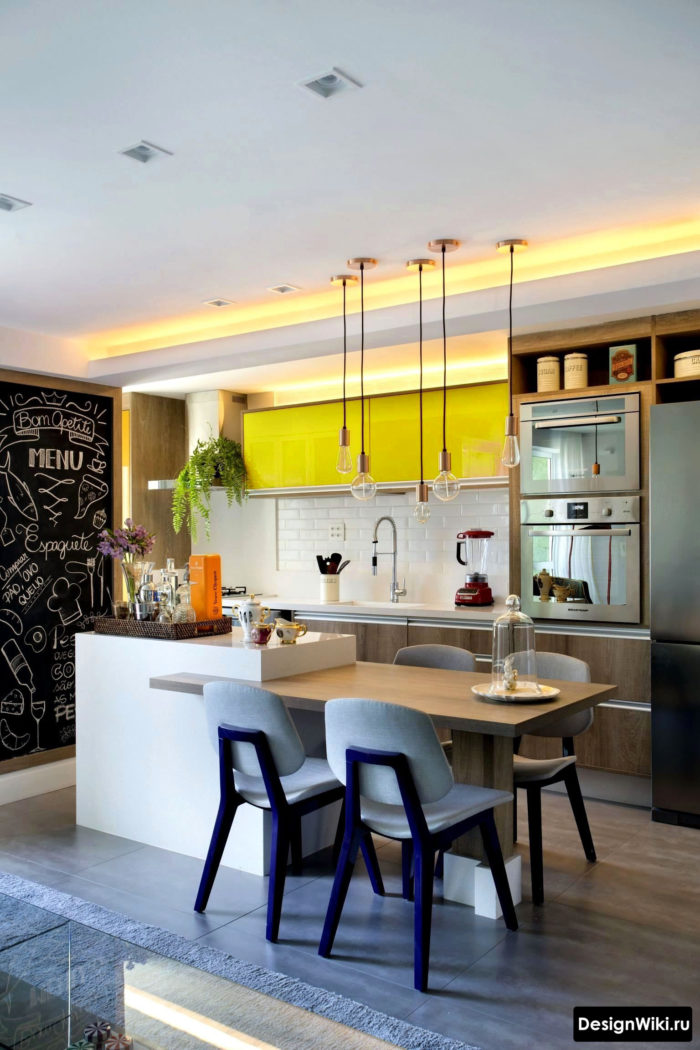 кухня в скандинавском стиле с желтым глянцевым верхом