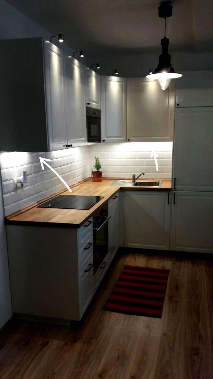 подсветка фартука из белых кирпичков на кухне в скандинавском стиле