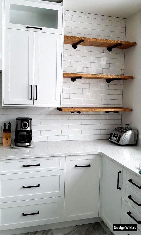полки рядом с верхними шкафами на кухне