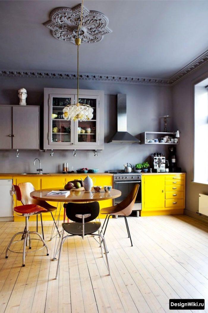 серая-желтая кухня в скандинавском стиле