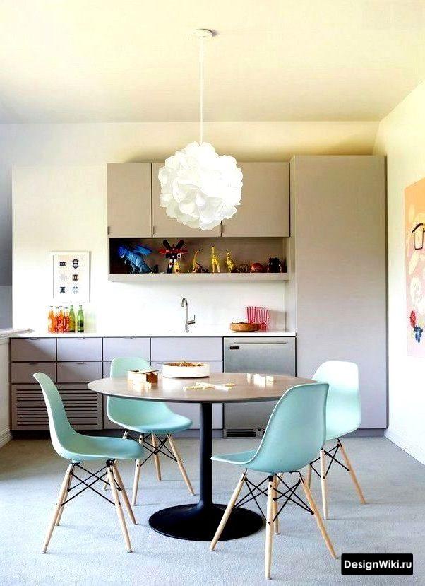 серая кухня в скандинавском стиле с голубыми стульями