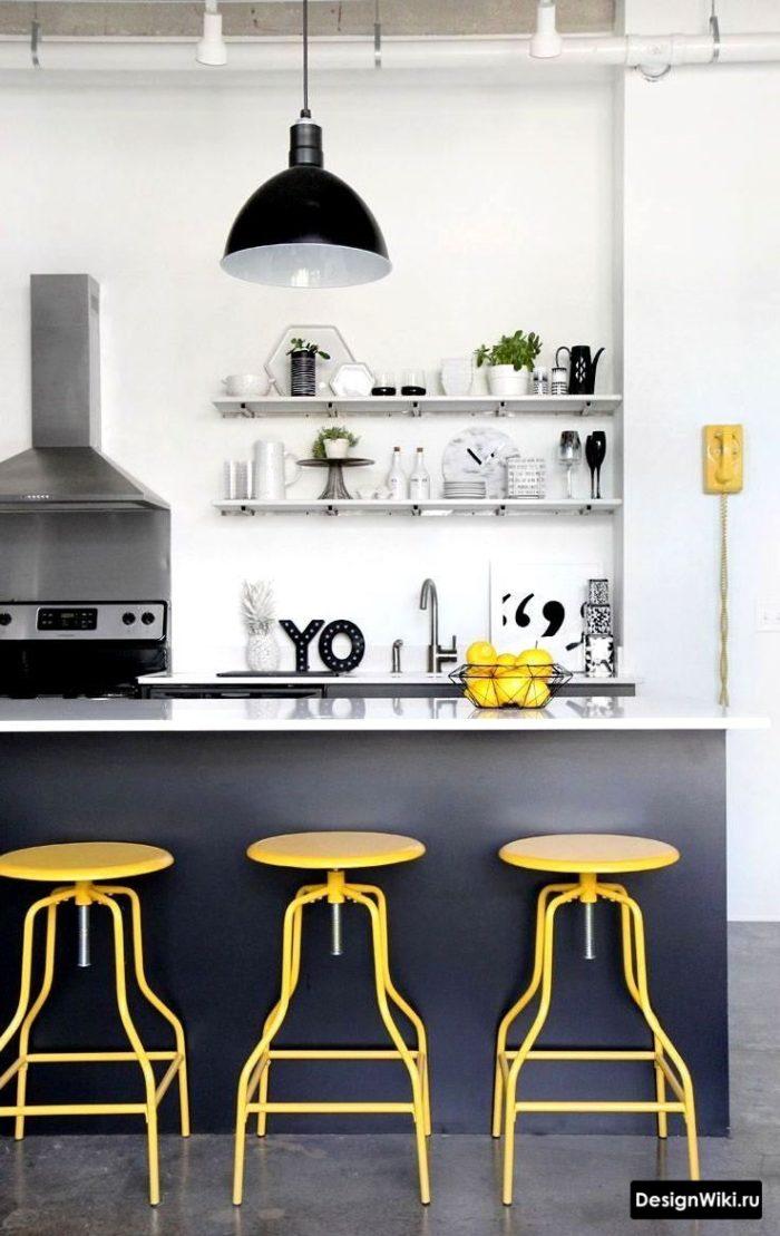 скандинавская кухня с желтыми акцентными барными стульями