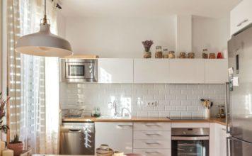 Белый кабанчик на фартуке кухни в скандинавском стиле