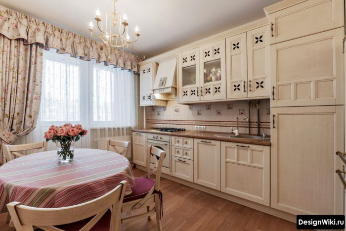 Бежевая штора с ламбрекеном в интерьере кухни в стиле прованс