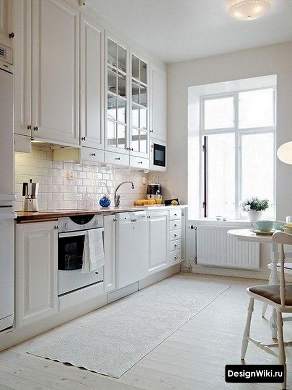 Белая кухня в стиле прованс в сталинке