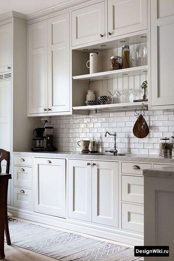 Белая кухня в стиле прованс до потолка