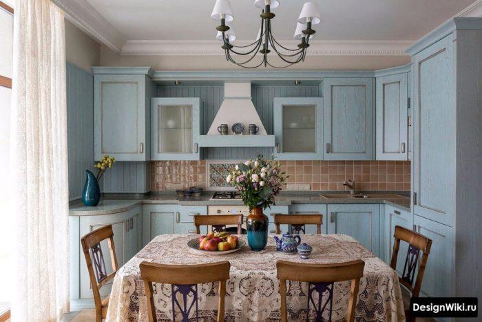 Белая тюль в голубой кухне в стиле прованс