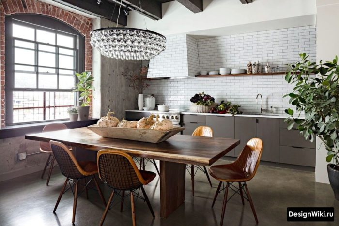 Белые и красные кирпичи в интерьере кухни