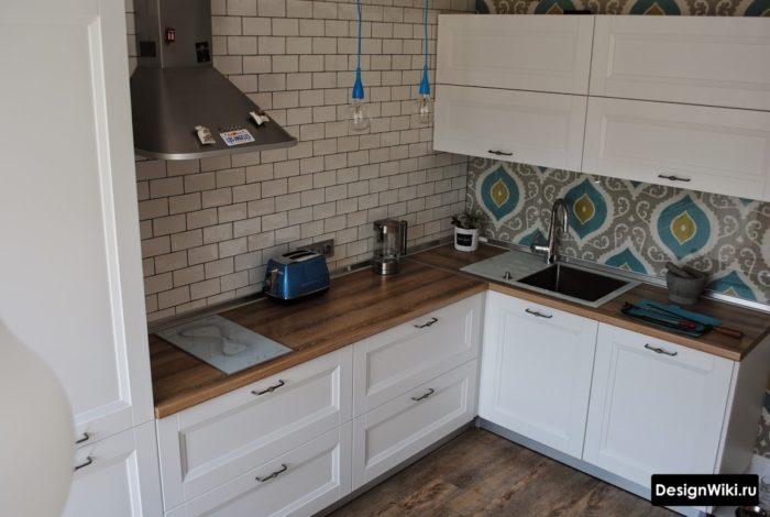Белый глянцевый кирпич на кухне в скандинавском стиле с элементами лофта
