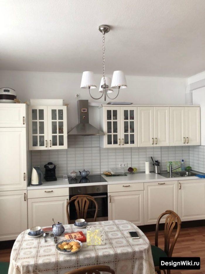 Буфет со стеклянными створками на кухне