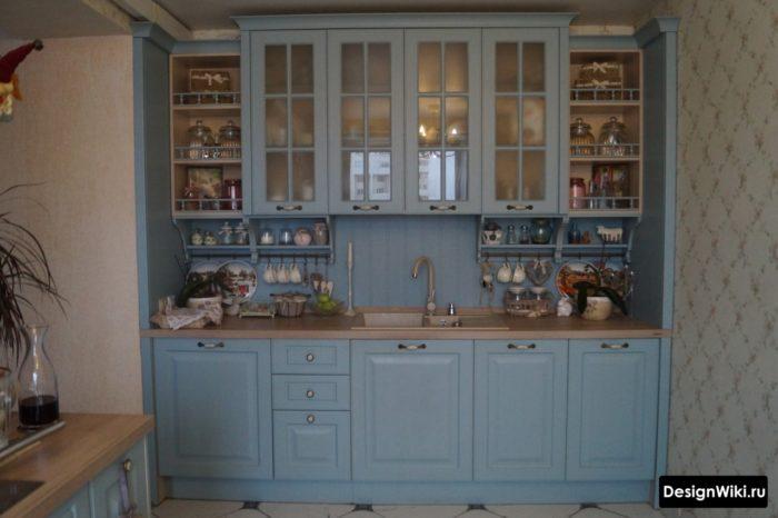Грязно-голубой кухонный гарнитур с буфетом в стиле прованс