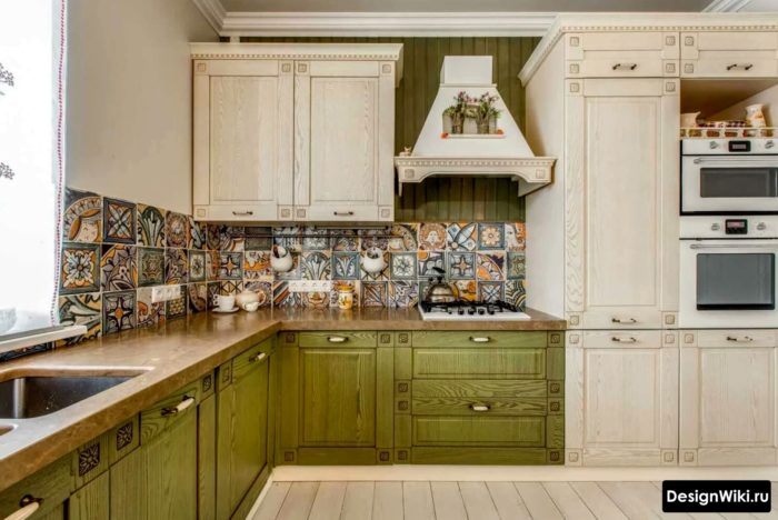 Дизайн зеленой кухни в стиле прованс с плиткой с узором на фартуке