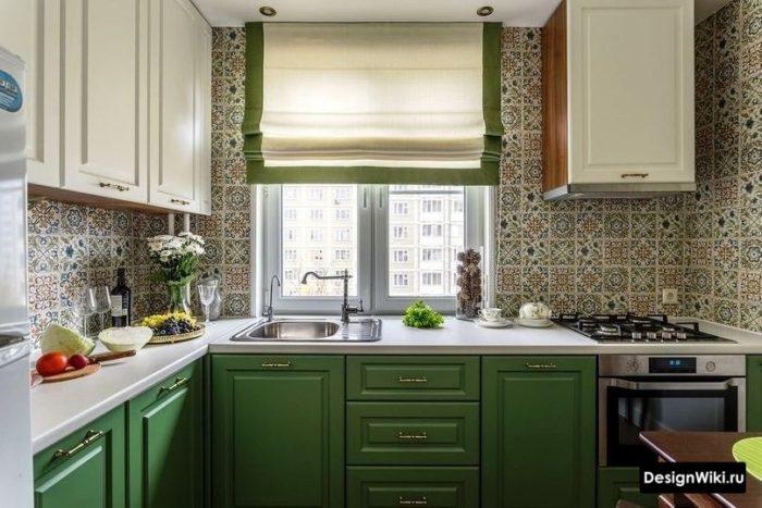 Зеленая кухня в стиле прованс с рольшторами