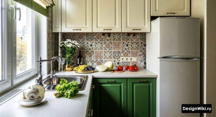Зеленая угловая кухня в стиле прованс в квартире