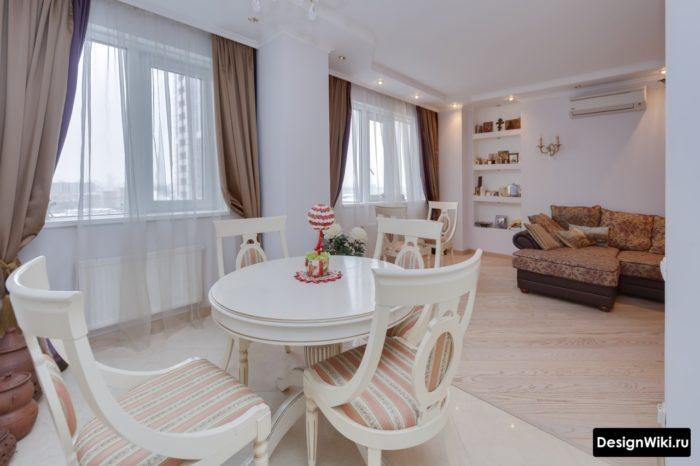 Коричневые блэкаут шторы в кухне-гостиной в стиле прованс
