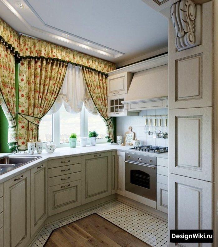 Короткие занавески в маленькой кухне в стиле прованс
