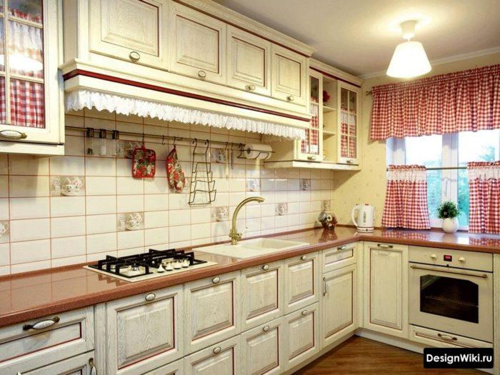 Короткие занавески до середины окна на кухне в стиле прованс