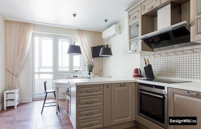 Кремовая кухня в стиле прованс с обеденной зоной