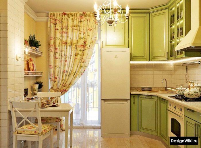 Оливковая кухня в стиле прованс с балконом и шторами