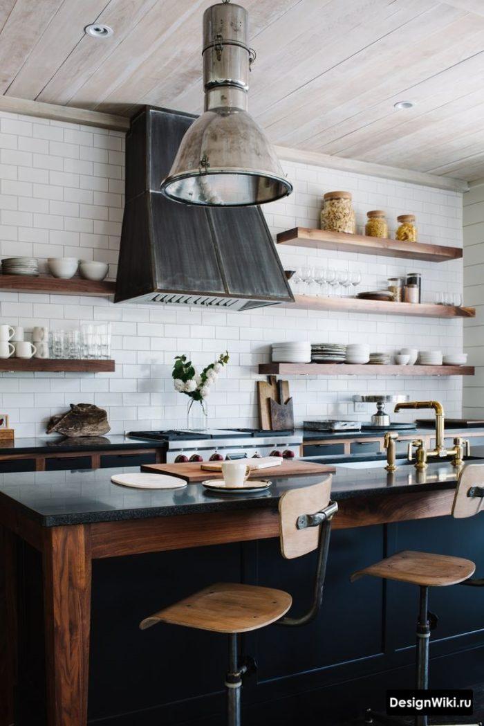 Открытые полки на кухне в смеси скандинавского стиля и лофта