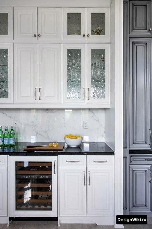 Прозрачные стеклянные дверцы и верхние шкафы до потолка в прованском стиле