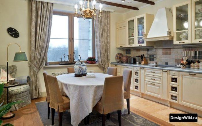 Прямые шторы и балки на потолке в интерьере кухни в стиле прованс