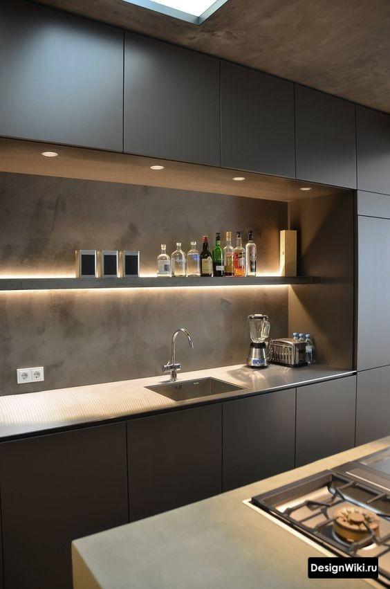 Современная маленькая кухня в стиле лофт со шкафами до потолка