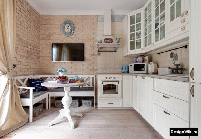 Угловая кухня в стиле прованс с обеденной зоной в квартире