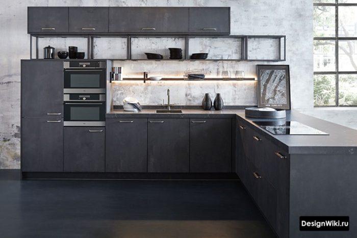 Черная кухня у бетонной стены