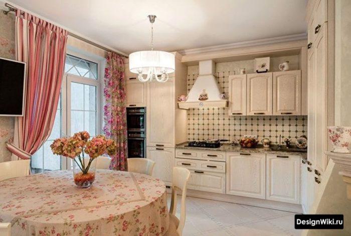 Яркие шторы для кухни в стиле прованс
