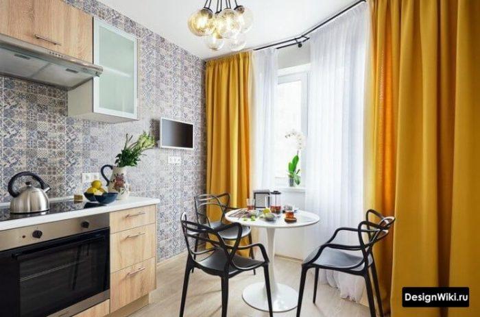 Акцентные оранжевые шторы в современной кухне