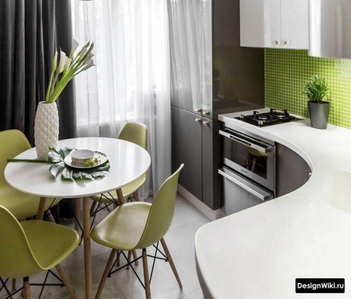 Ассиметричные серые шторы на кухне