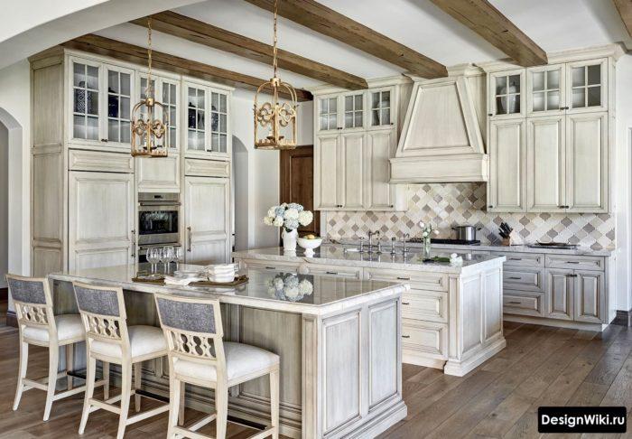 Балки и остров в кухне-столовой в стиле прованс
