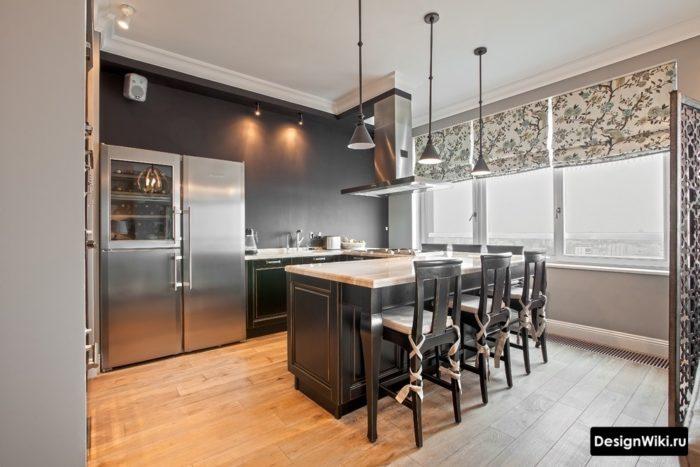 Бежевые короткие шторы на кухне