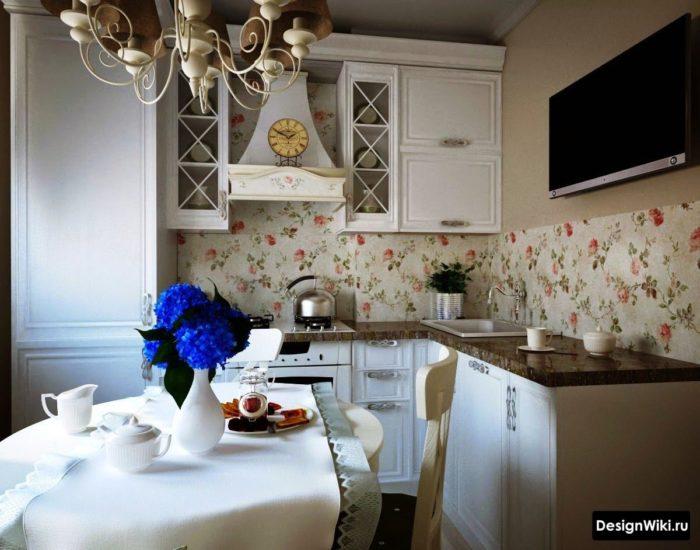 Бежевые обои с цветочками в интерьере кухни в стиле прованс