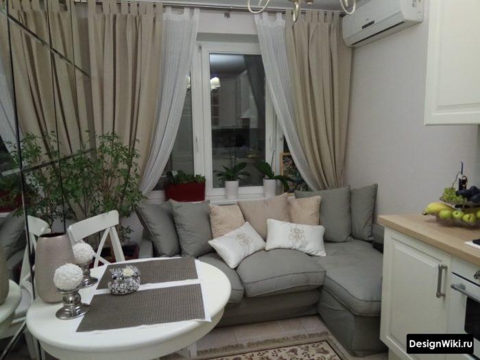 Бежевые шторы в пол на кухне с диваном