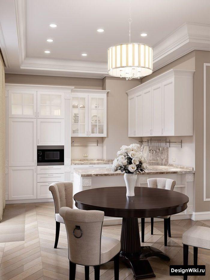 Белая кухня в стиле неоклассика со стенами молочного цвета