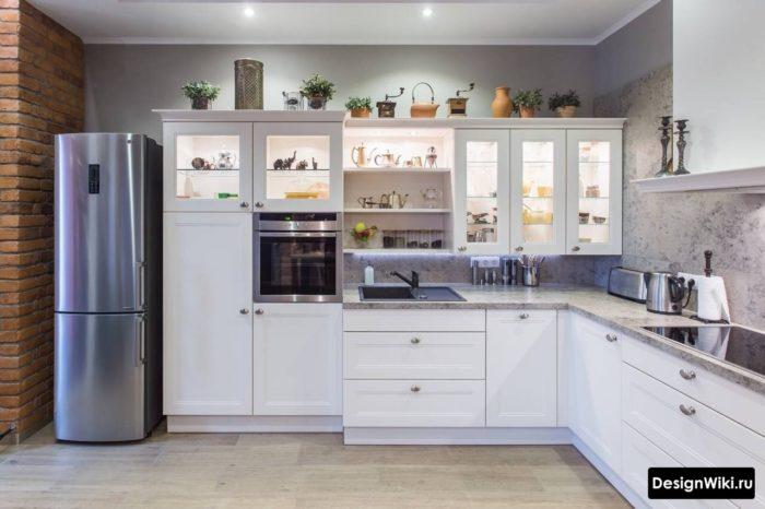 Белая кухня в стиле неоклассика с элементами лофта