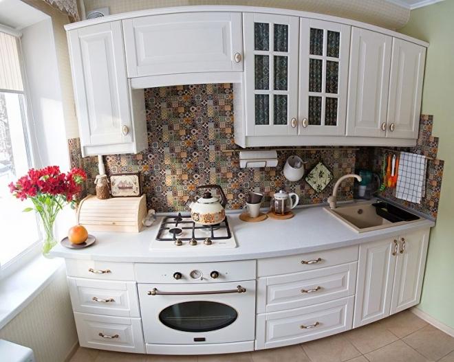 Белая кухня в стиле прованс в хрущевке