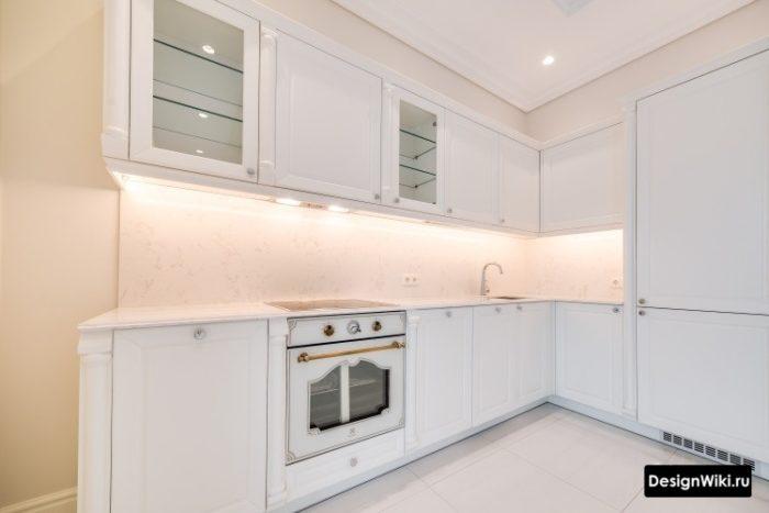 Белая кухня неоклассика с винтажным духовым шкафом