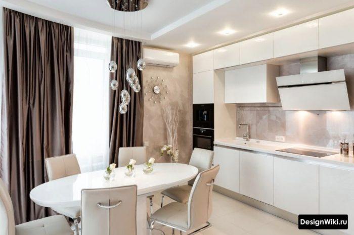 Белая кухня с коричневыми длинными шторами в пол
