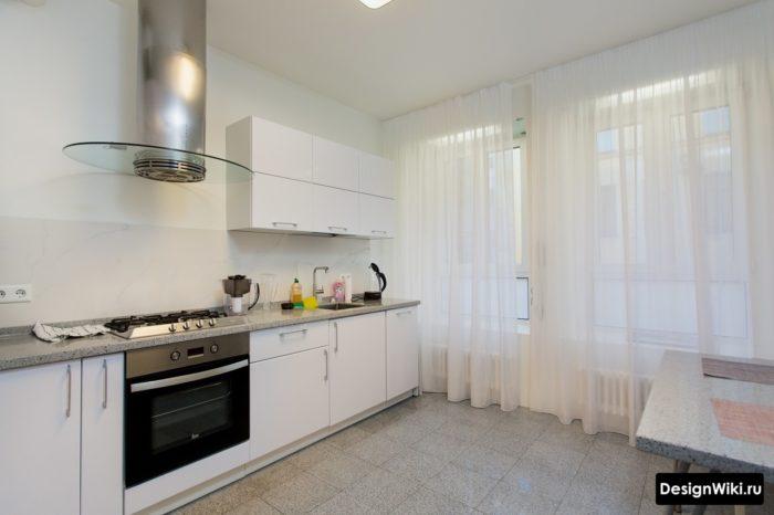 Белая тюль на кухне с большим окном